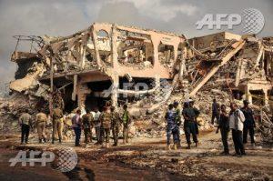 Deux véhicules piégés ont explosé à Mogadiscio.Un camion a explosé devant le carrefour K5., la déflagration a fortement endommagé plusieurs édifices et mis le feu à des dizaines de véhicules. Deux heures plus tard environ, un second véhicule a explosé dans le quartier de Medina.