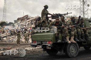 Les militaires somaliens sur les lieux de l'explosion