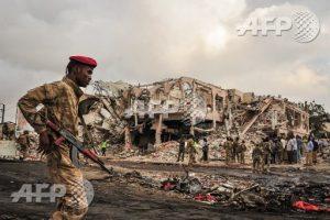 La déflagration a fortement endommagé plusieurs édifices de Mogadiscio et mis le feu à des dizaines de véhicules. Les soldats somaliens patrouillent dans les décombres pour faire état de cet effroyable attentat.